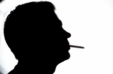 喫煙する男性のシルエット.jpg