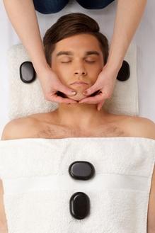 あごのマッサージを受ける男性のサムネール画像